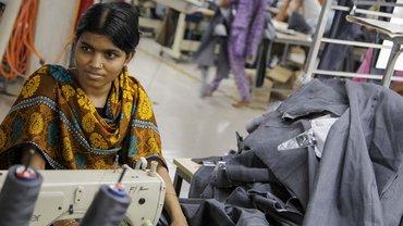 Tanzina Begum aus Bangladesch, 18, näht seit sieben Jahren